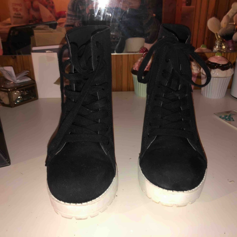 Klackskor från H&M i storlek 41, skulle tro att de som vinterunderlag på skorna, använt två gånger . Skor.