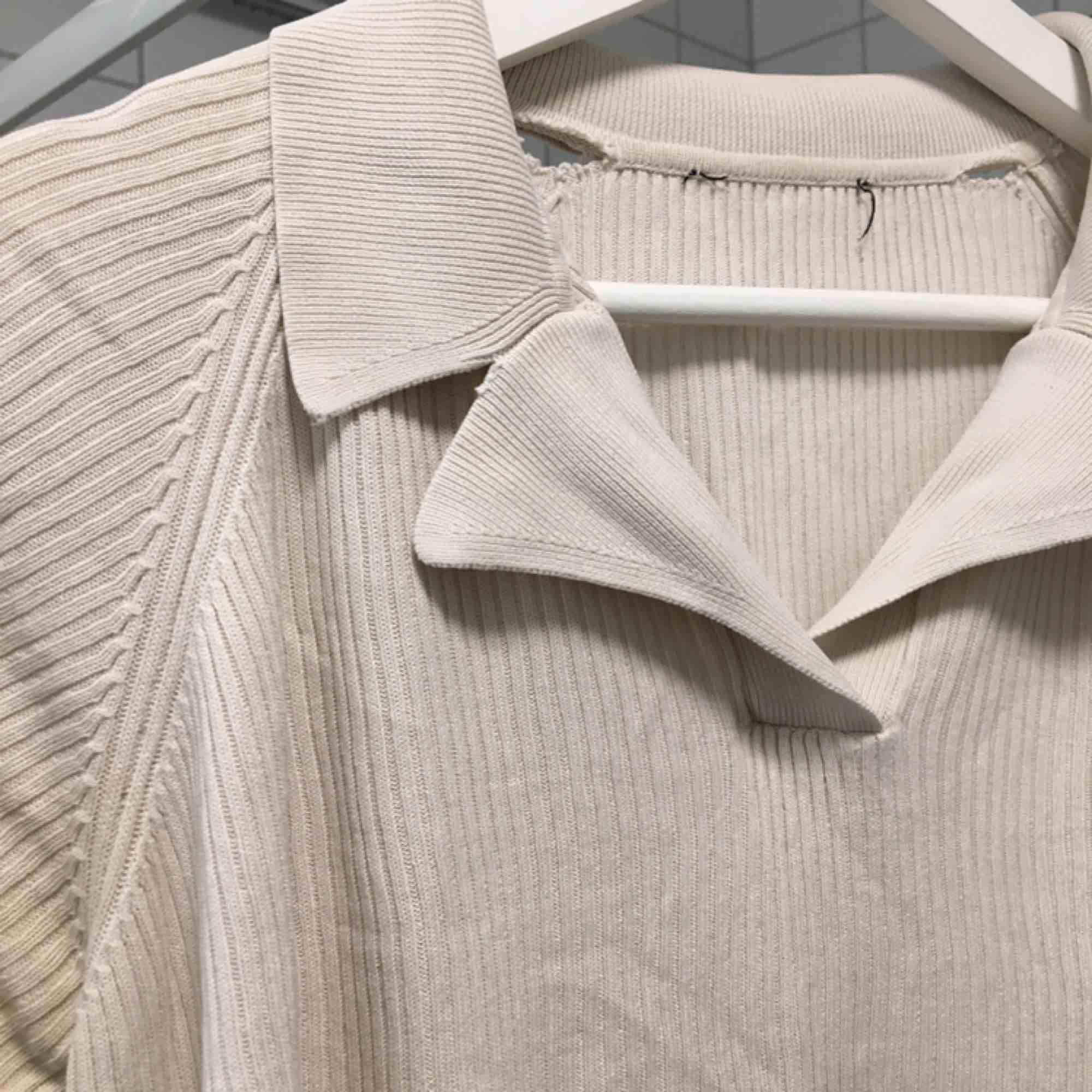 Gräddvit topp i 100% silke. Två små hål i nacken. (se bild 3) (っ◔◡◔)っ MÅTT: Byst: 55cm Längd: 53cm. Toppar.