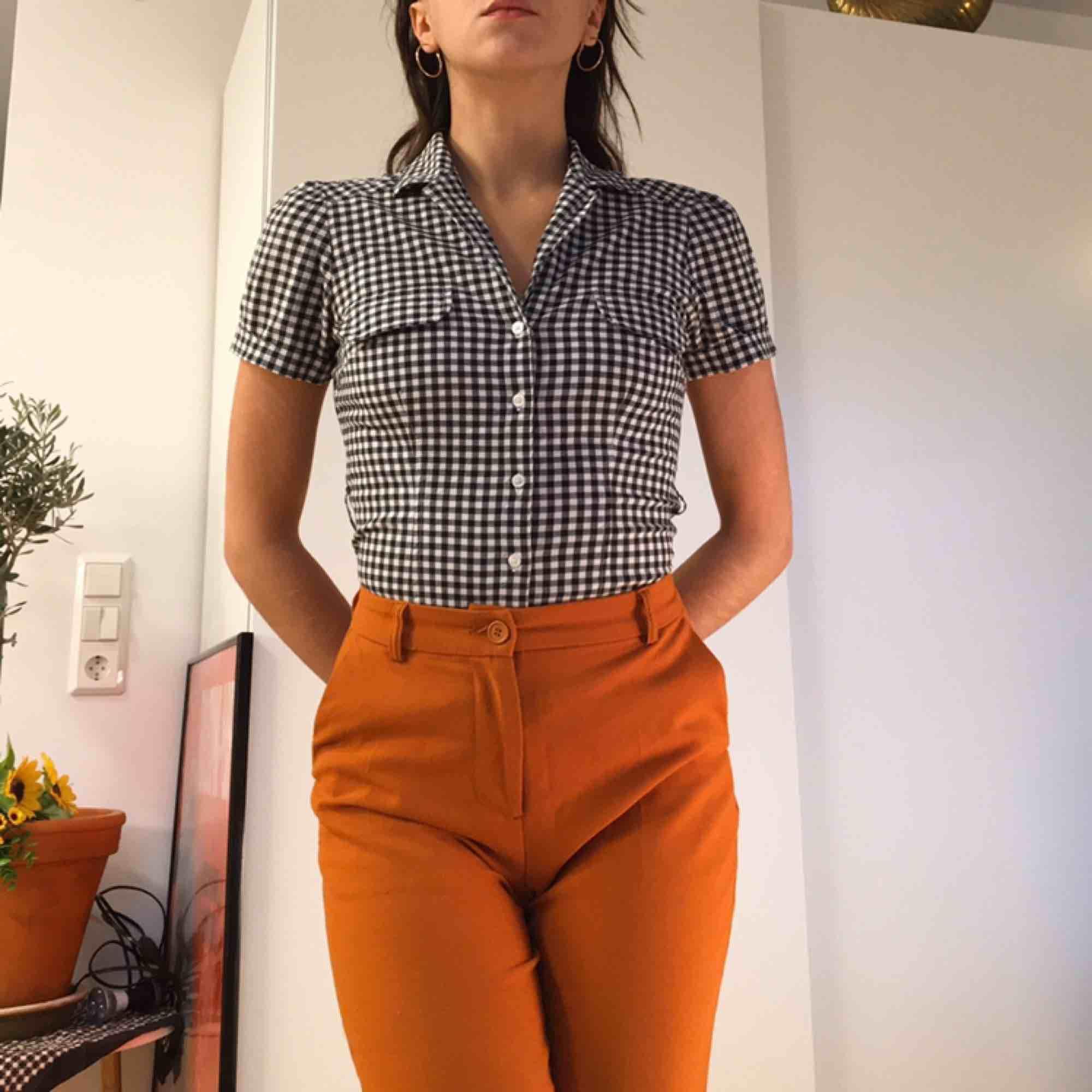 Svart och vit-rutig kortärmad skjorta.  (っ◔◡◔)っ MÅTT: Byst: 44cm Arm: 20cm Längd: 50cm. Skjortor.
