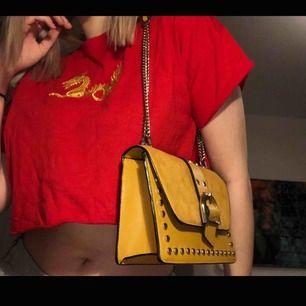 gul väska från topshop, ser orange ut på andra bilden men den är gul!💖
