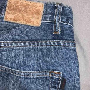 Crocker Jeans mörkblå. Lågmidjade straight. Liknar mer 30 i längden. Modell 312