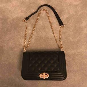 Hej jag säljer en väska från NYPD nästa oanvänd original pris 499kr säljer för 199kr⚡️