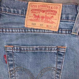 Lågmidjade bootcut Levi's jeans. ljusblå, sitter perfekt och perfekt skick.