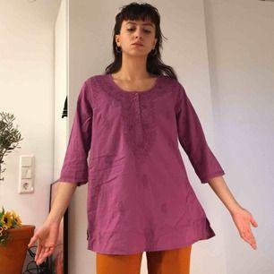 Rödviolett tunika från Indiska i 100% bomull.  (っ◔◡◔)っ MÅTT: Byst: 54cm Arm: 44cm Längd: 73cm