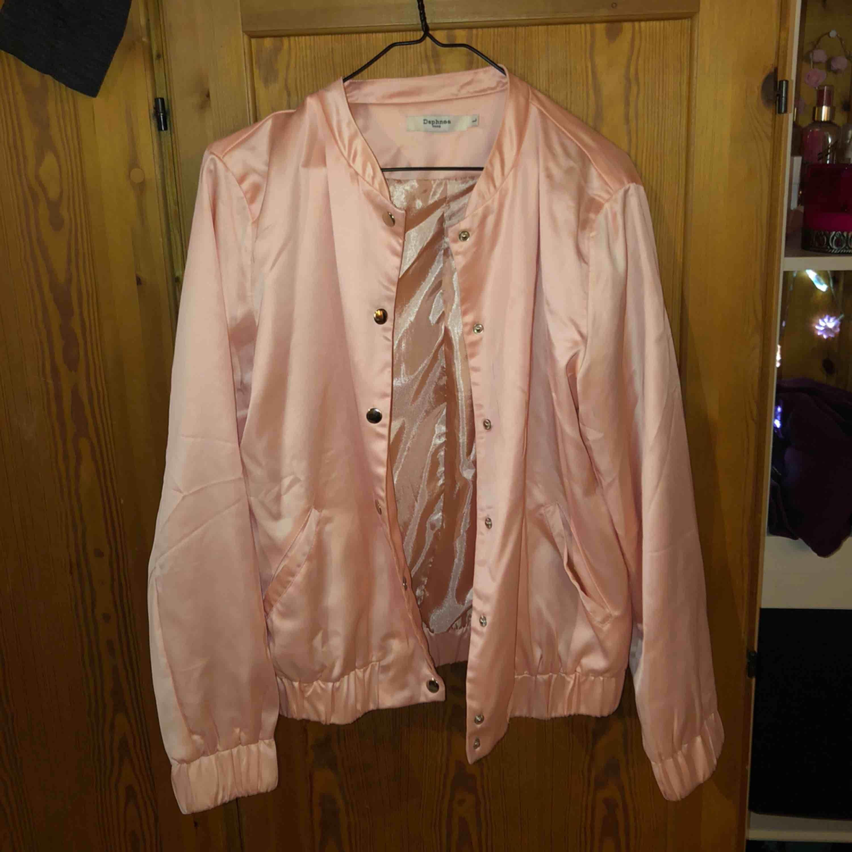 Bomber jacka i färgen laxrosa, aldrig använt . Jackor.