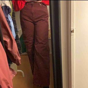 Weekday jeans i modell Ace. Mycket utsvängda. Längden är mer 30. Vinröd färg. Aldrig använda så perfekt skick.