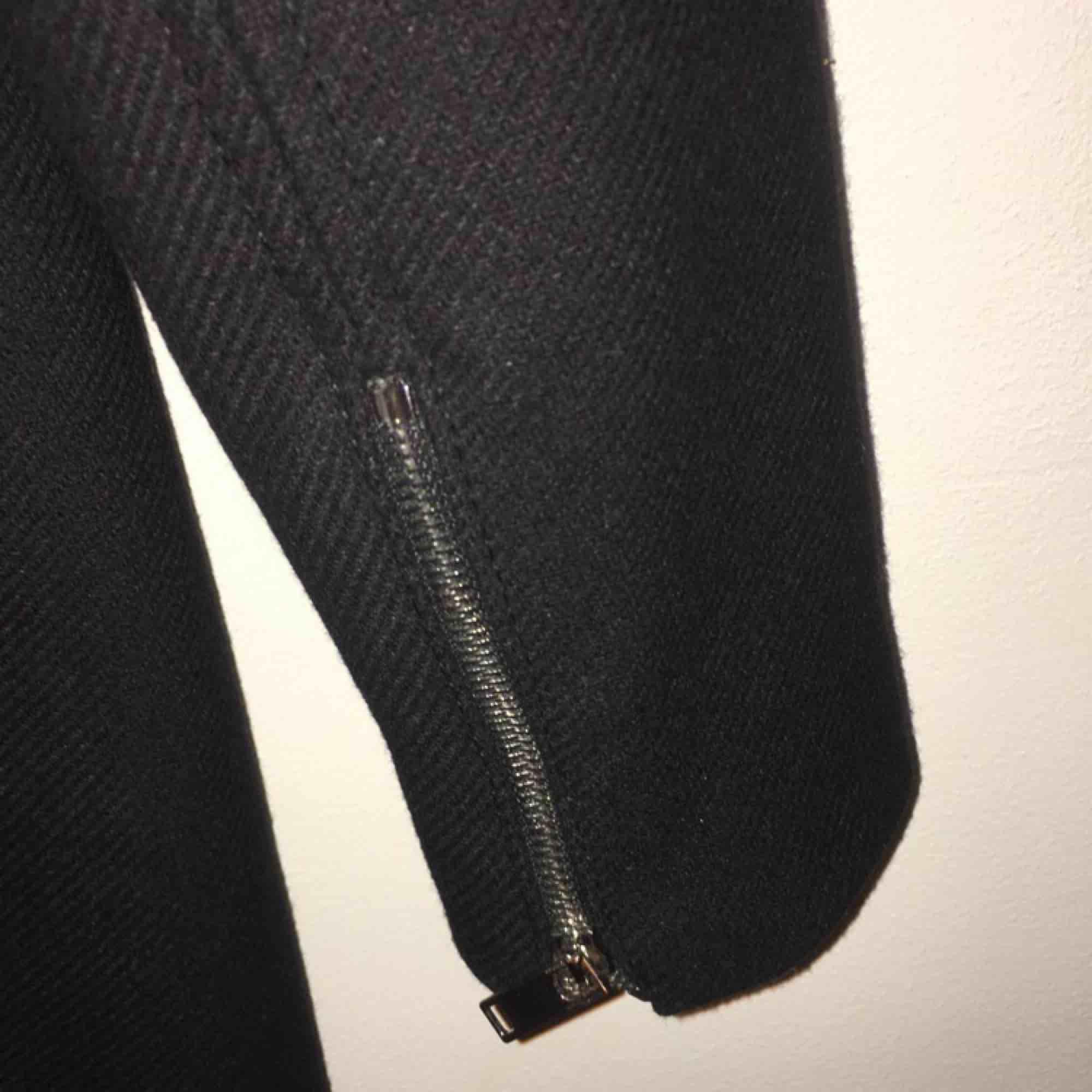 En skön och fin kappa som är lite varmare än dom vanliga tunna. Passar till det mesta. . Jackor.