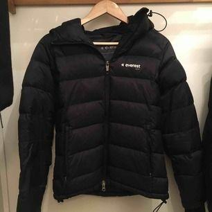 Säljer min Everest vinterjacka pga att jag köpt en annan. Väldigt varm och skön o ha på sig. Pris kan diskuteras.