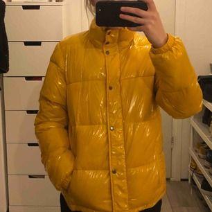 Helt ny skitsnygg gul lackad jacka från boozt.com, inga skavanker, användas tyvärr bara för lite. Nypris 1599 kr.
