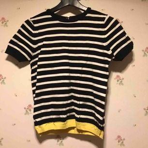 Söt, stickad tröja från Zara, randig med en gul kant längst ner.