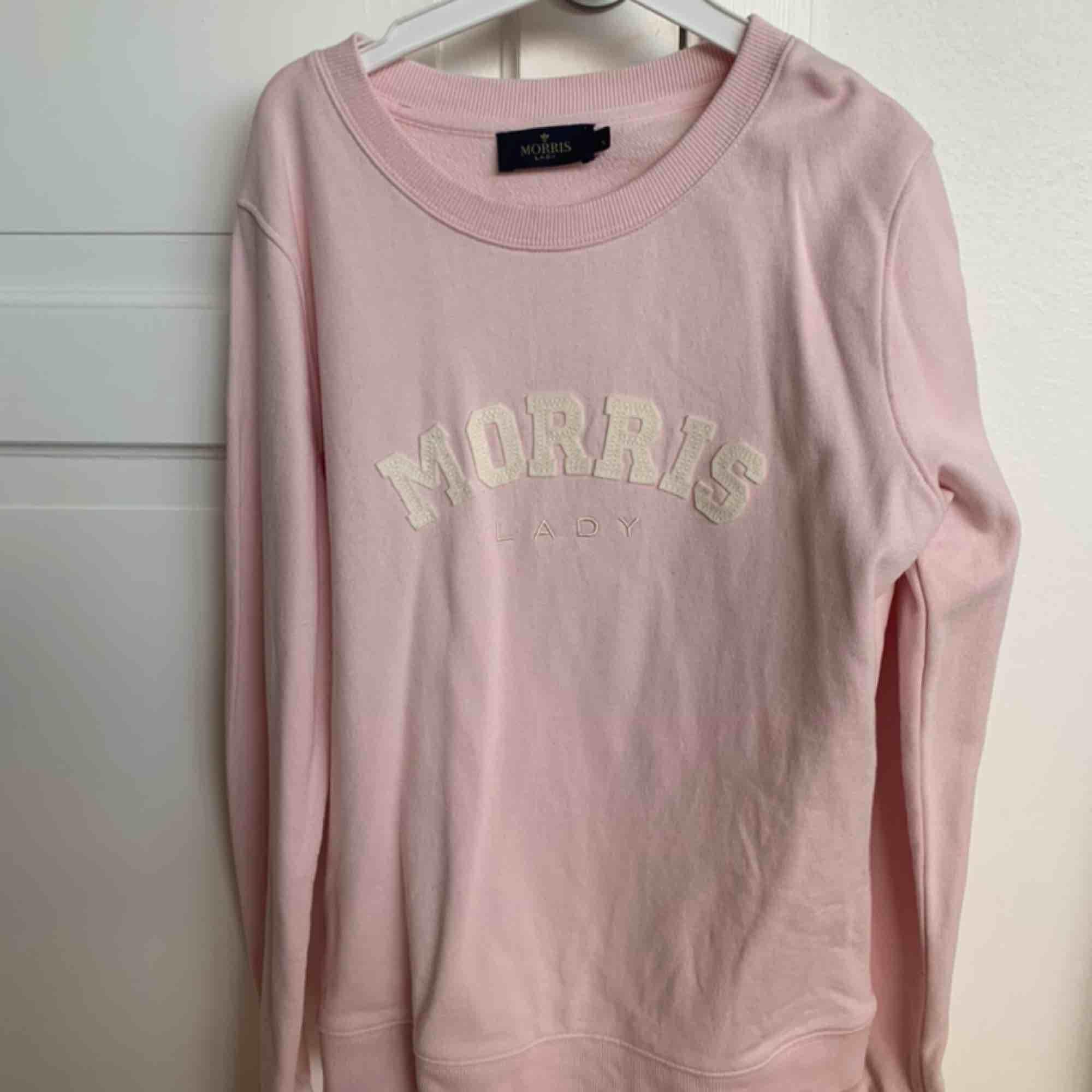 Fin rosa Morris tröja. Sälj pågrund av inte kommer till användning speciellt mycket. Använd ca 2 ggr så fortfarande jättefint skick och jättebra kvalite. . Tröjor & Koftor.
