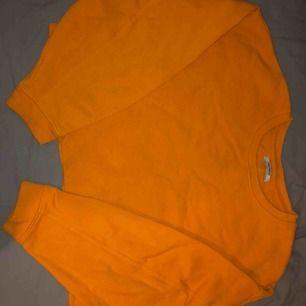 Overzise croppad orange sweatshirt ifrån Zara. Säljer då den inte riktigt faller mig i smaken längre💗