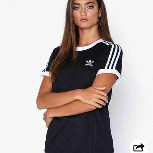 Adidas 3 Stripes T-shirt dam. Storlek 38/ M är ganska stor i passformen. Jag säljer den på grund av att jag inte använder den. Har använt den 1-3 gånger och den är köpt i juni. Tröjan är fint skick.