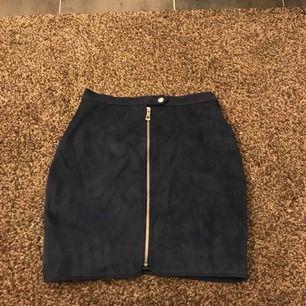 Marinblå kjol i fake mocka med silver detaljer i från NA-KD💙 Frakten är inkluderad i priset