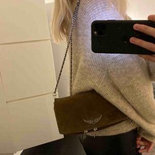 Säljer min bruna Zadig väska! Nypris 2 200 kr, säljer för 600 pga lite fläckar som man kan se på bilden