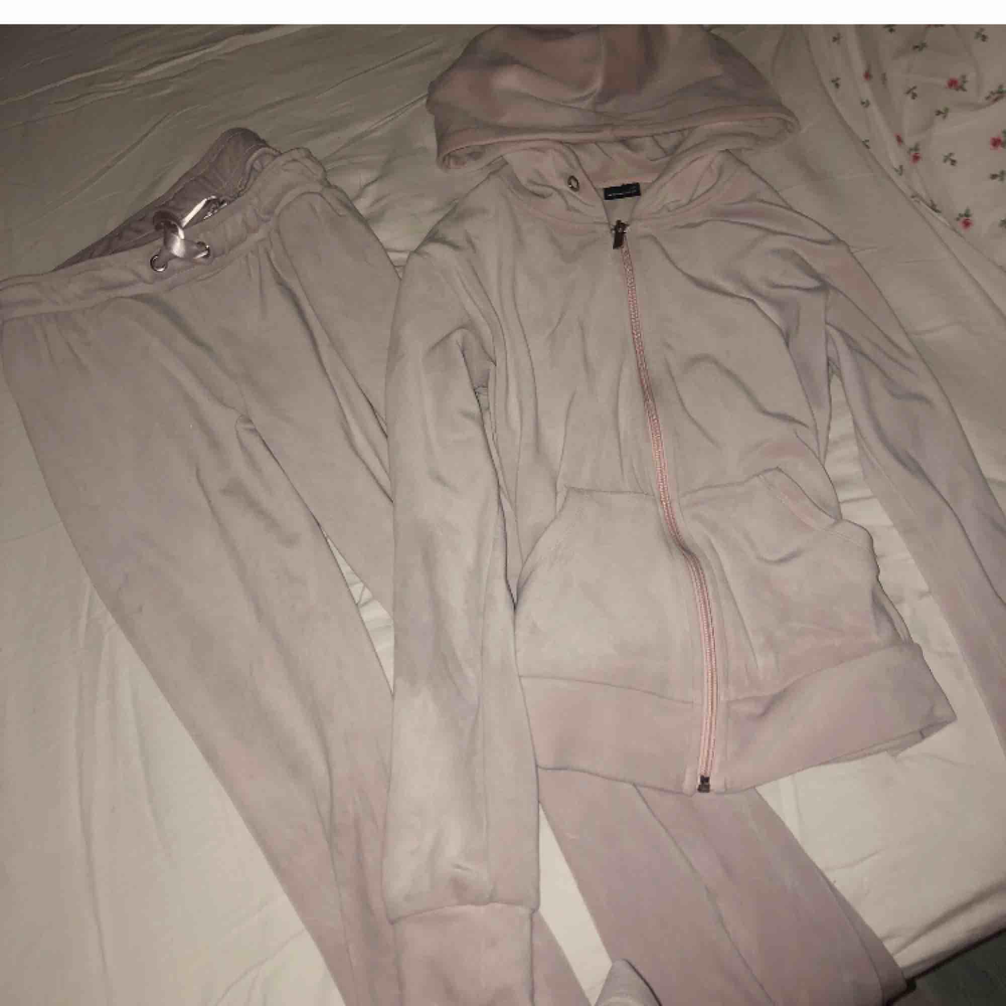 Settet jag säljer är rosa, XS i koftan (passar S) och S i byxorna. Fint skick!. Huvtröjor & Träningströjor.