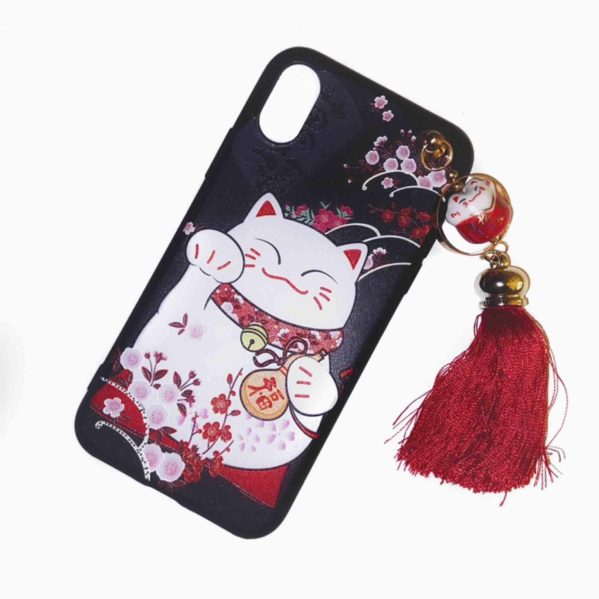 Skal till alla typer av iPhone X med gulligt kinesiskt kattmotiv + röd tofs men en liten katt som går att snurra på! 🎏 Nyskick - kom aldrig till användning och kan ej ha med min nuvarande mobil. Tofsen sitter fast. Jag står för frakten! 💌. Accessoarer.