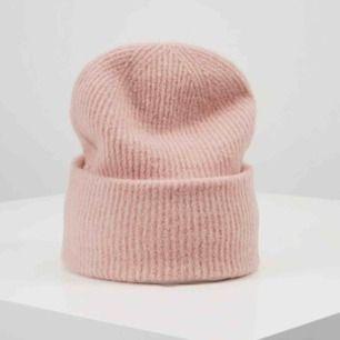 Mössa från samsoe samsoe!  Aldrig använd köpt för 400 kr ❤️💗 Fin rosa färg och kliar inte 💜