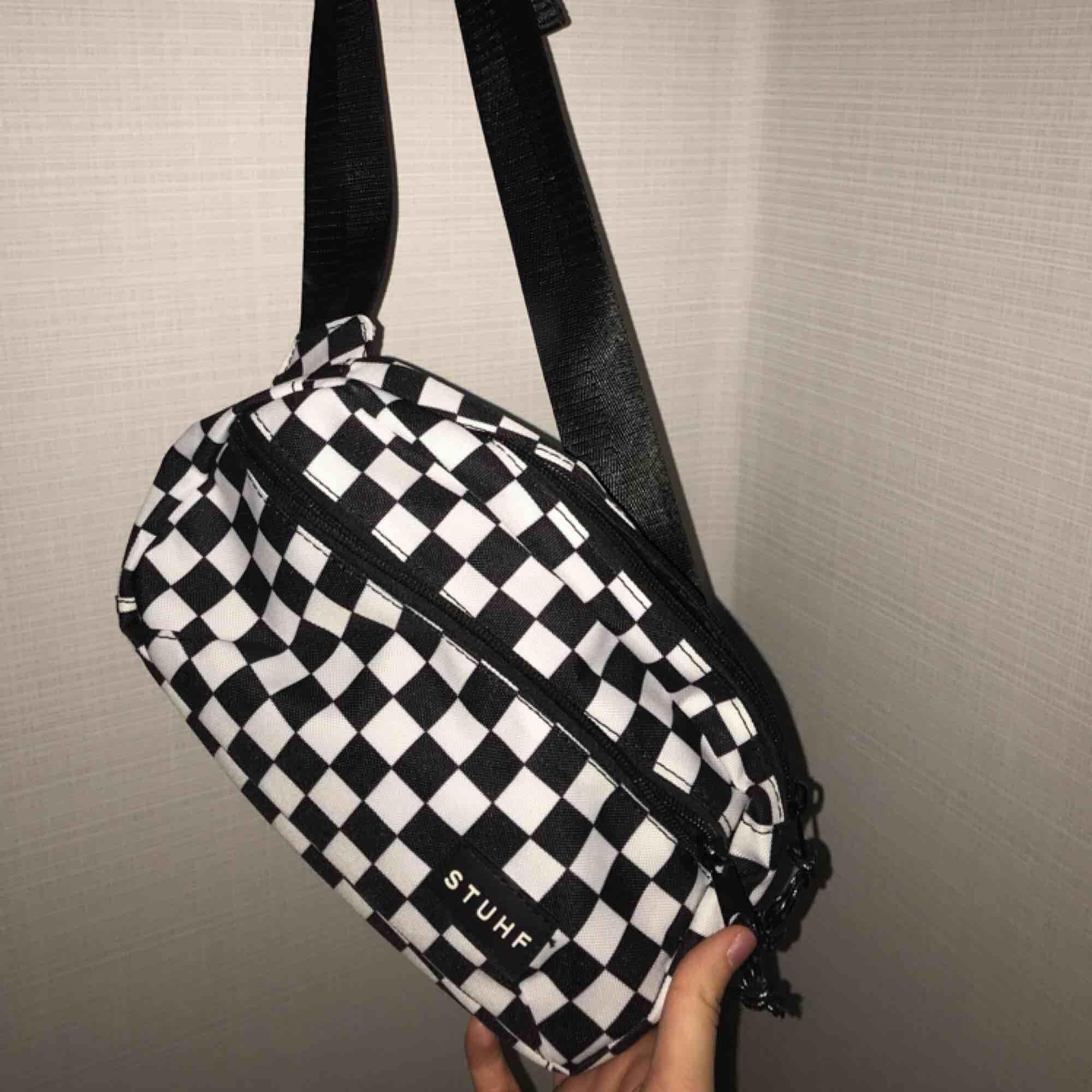 Cool rutig magväska, endast använd 1 gång. 🌸 . Väskor.