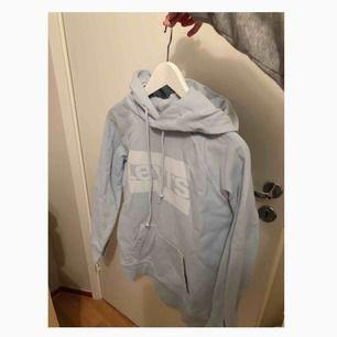 supermysig ljusblå hoodie från Levis! Använd bara ett fåtal gånger, så nästan som ny! 😇 köpt på Carlings för 699kr. Priset är inklusive frakt