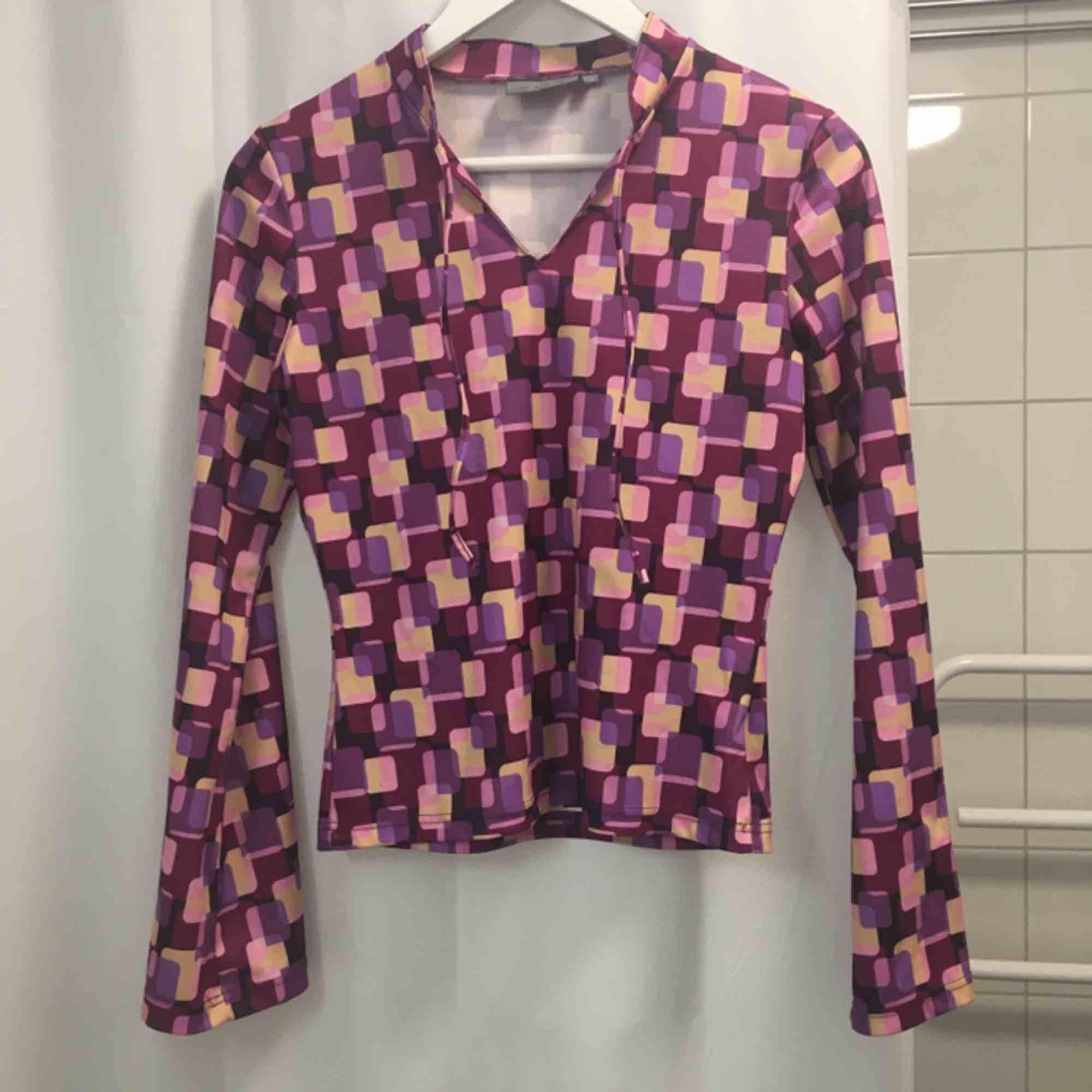 Rosa-mönstrad polyester-blus.  (っ◔◡◔)っ MÅTT: Byst: 41cm Längd: 65cm Uppskattad storlek: S. Blusar.