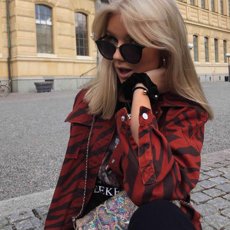 Säljer denna coola jacka från Zara som endast är använd ett fåtal gånger:). Jackor.