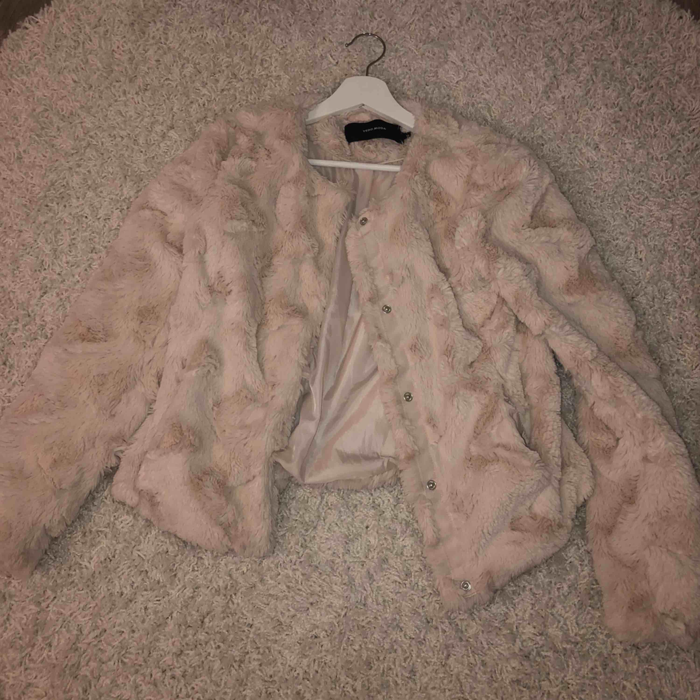 Beige-rosa jacka/kofta från vero Moda. Knappt använd. Frakt tillkommer<3. Jackor.