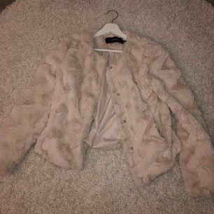 Beige-rosa jacka/kofta från vero Moda. Knappt använd. Frakt tillkommer<3