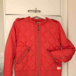 Säljer denna rosa Odd Molly jacka som är väldigt sparsamt använd. ⭐️  Inköpspris 2200kr och säljer den nu för 600kr. 😊Köparen står för frakt.   Jackan består av 80% dun och 20% fjädrar.