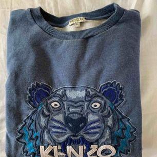 En superfin ljusblå tröja i från Kenzo  Köpt i barn storlek 160 men passar som XS