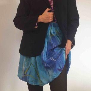 Tunn kjol från beyond retro med fickor.  (っ◔◡◔)っ MÅTT: Midja: 34cm Längd: 47cm