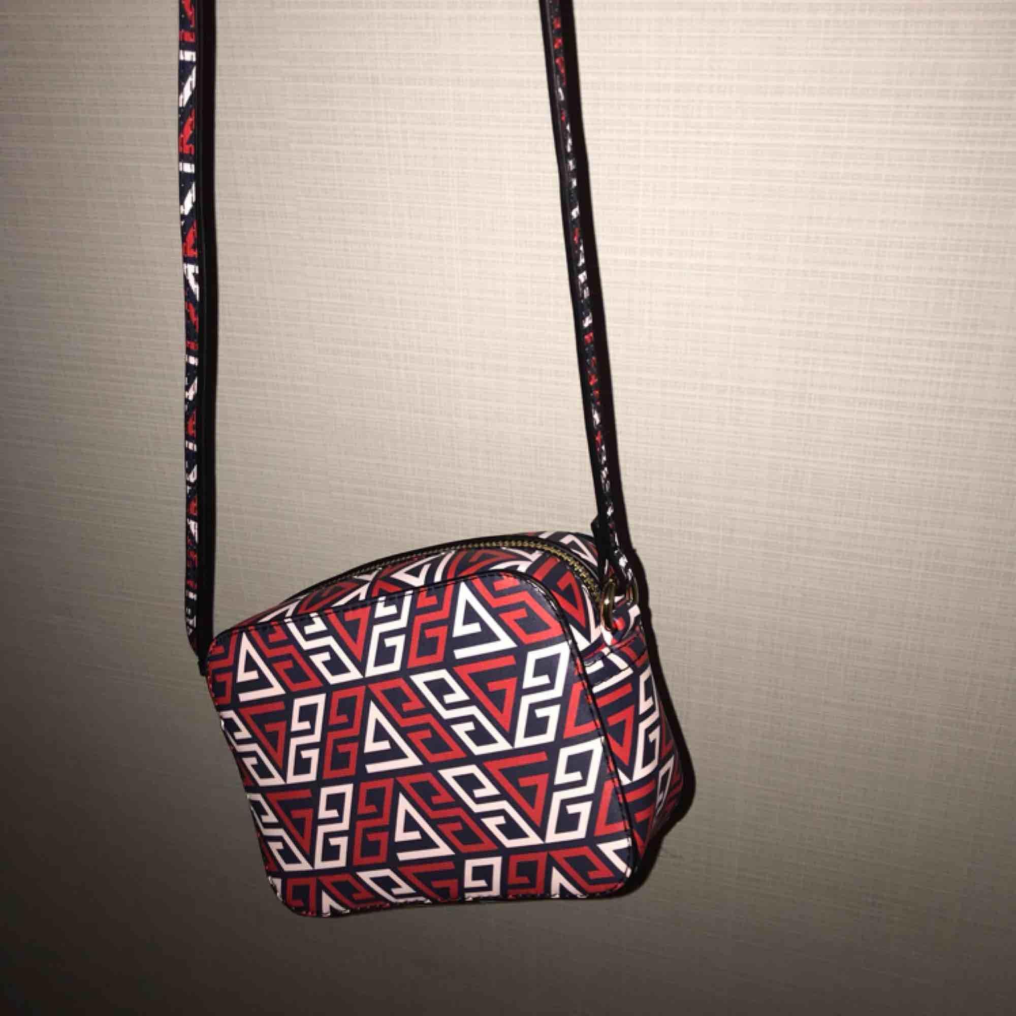 Väska med snyggt mönster!!!✌🏼✌🏼✌🏼   Liten slitning på bandet (se bild 3) . Väskor.