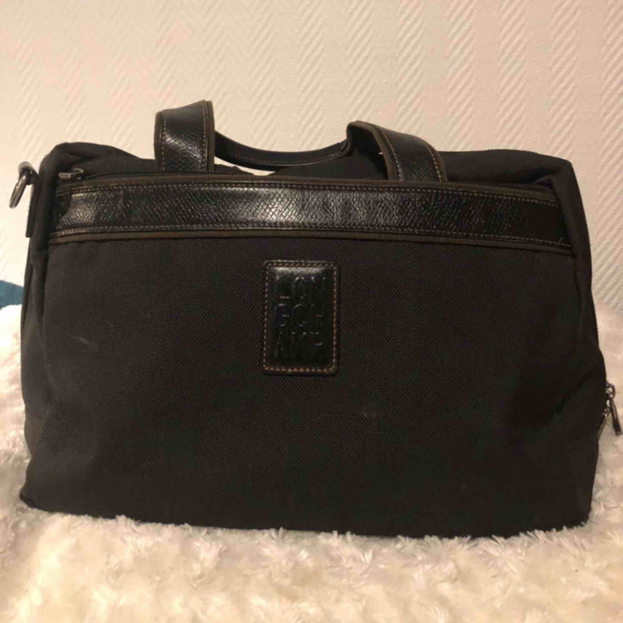 En väska som är perfekt till träning. Den är äkta och från longchamp. Den är lite läder på sig och har varit med ett bra tag och är väl använd men fortfarande snygg. . Väskor.