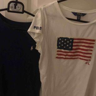 Två fina Ralph Lauren t-shirtar i mörkblått och vit! Den mörkblåa har deras rosa loggan och är i barnstorlek L, motsvarar XS. Den vita har en amerikansk flagga och är i barnstorlek XL, motsvarar XS/S. Säljer båda för 50kr eller 40kr/styck + frakt!