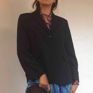 Mörkblå figursydd kavaj i polyester.  (っ◔◡◔)っ MÅTT: Byst: 47cm Längd: 64cm Ärm: 58cm  Uppskattad storlek: M-XL