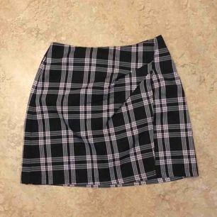 jättefin kjol från nelly köpt från plick, aldrig använd av mig tyvärr 💜 den är lite lilaaktig men det vill inte komma med på bild men det är den