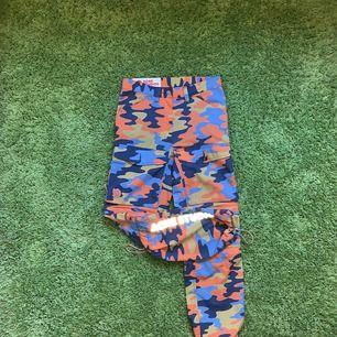 Acne / Fjällräven kollektion. Går även att ta av benen med zipper så dom blir till shorts. Jag har normalt W32 (Strl 48) på jeans/byxor och kommer preciiis i dessa.  Lite urtvättade. Skick: 7 / 10. Ord pris: 3600kr.