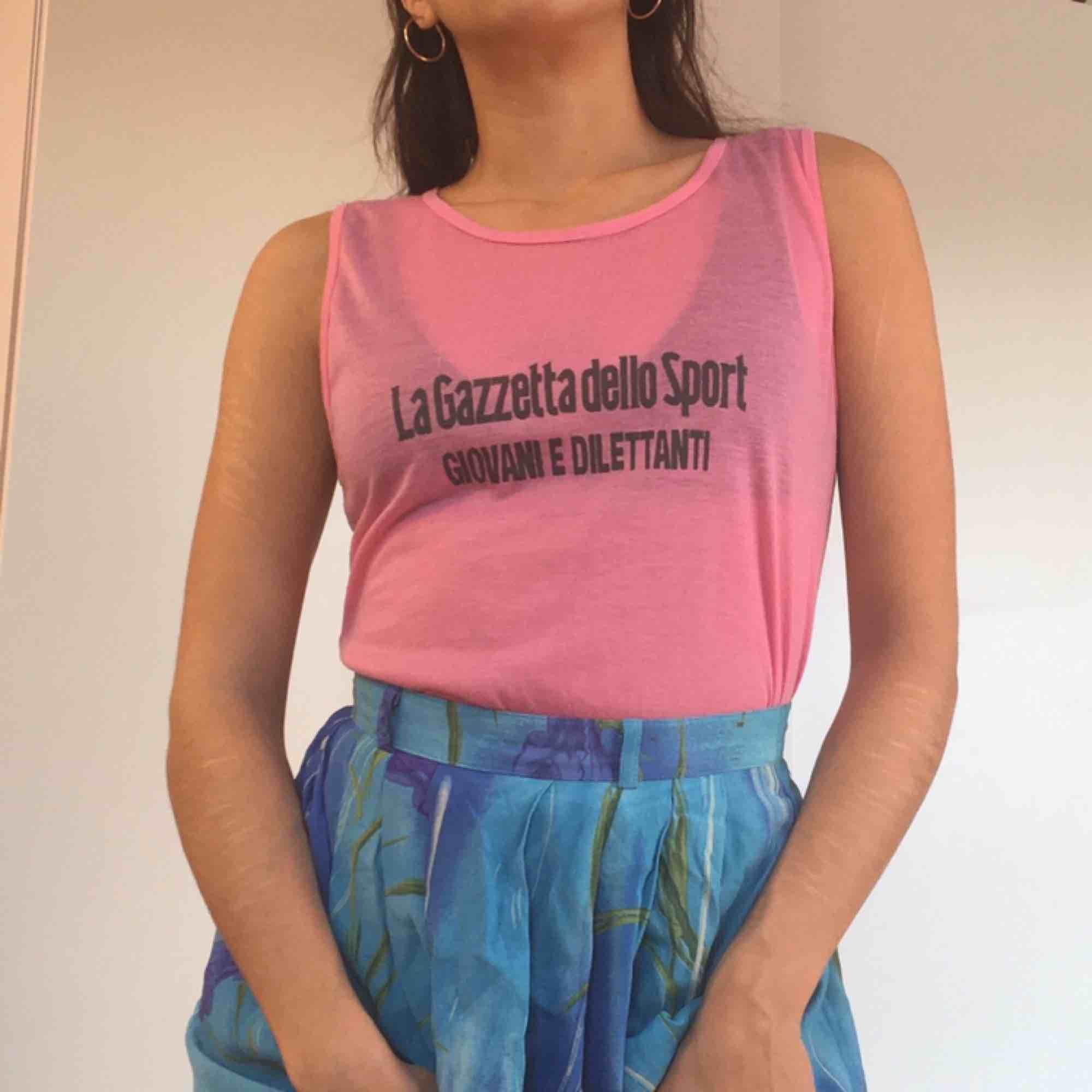 Rosa linne i polyester.  (っ◔◡◔)っ MÅTT: Byst: 42cm Längd: 50cm. Toppar.