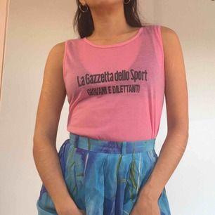 Rosa linne i polyester.  (っ◔◡◔)っ MÅTT: Byst: 42cm Längd: 50cm