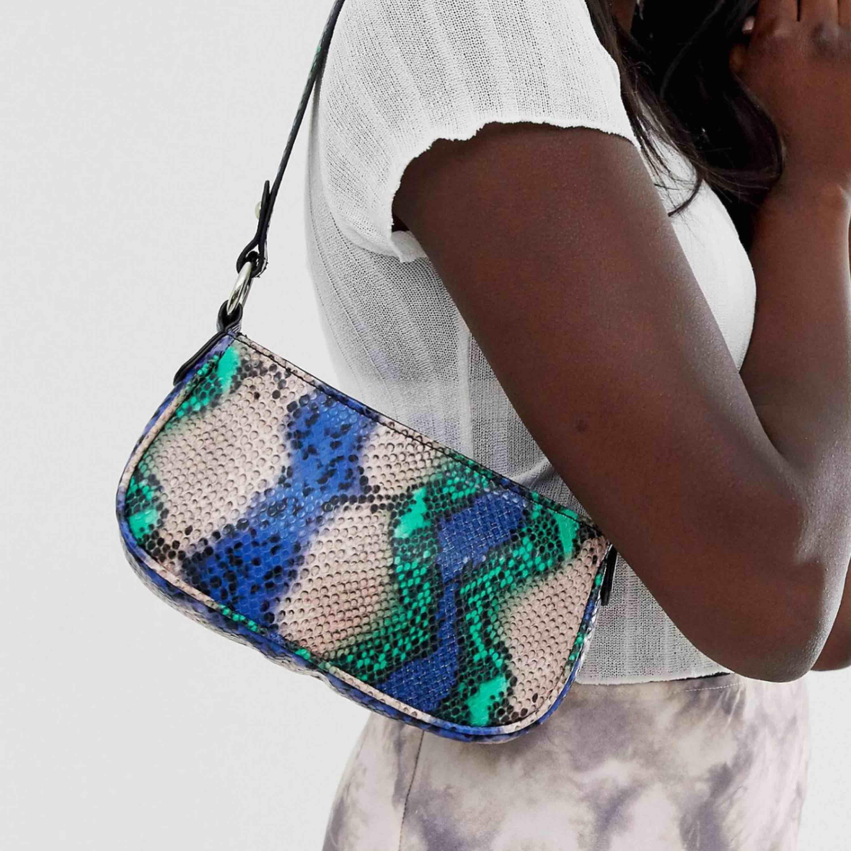 Intressekoll på denna snygga väska. Har ingen brådska med att sälja så kom med bud!🥰 (spårbar frakt 63kr tillkommer). Väskor.