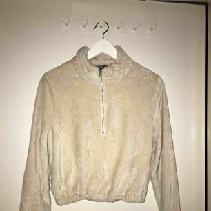 Jättefin och mysig tröja i storlek m men mera som en s perfekt nu till vintern när det är kallt