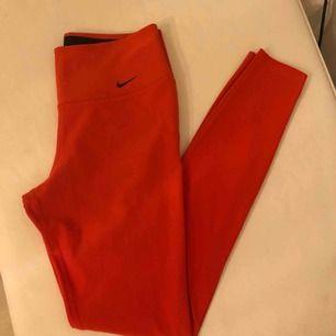 Rosa/röda träningstights från Nike. Sparsamt använda så fint skick!! Frakt tillkommer 🍒
