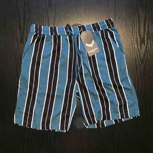 Grön/Svart/Vit randiga shorts från Brave Soul. Oanvända med tag fortfarande på, endast provade. Skick: 10 / 10. Ord pris: 350kr