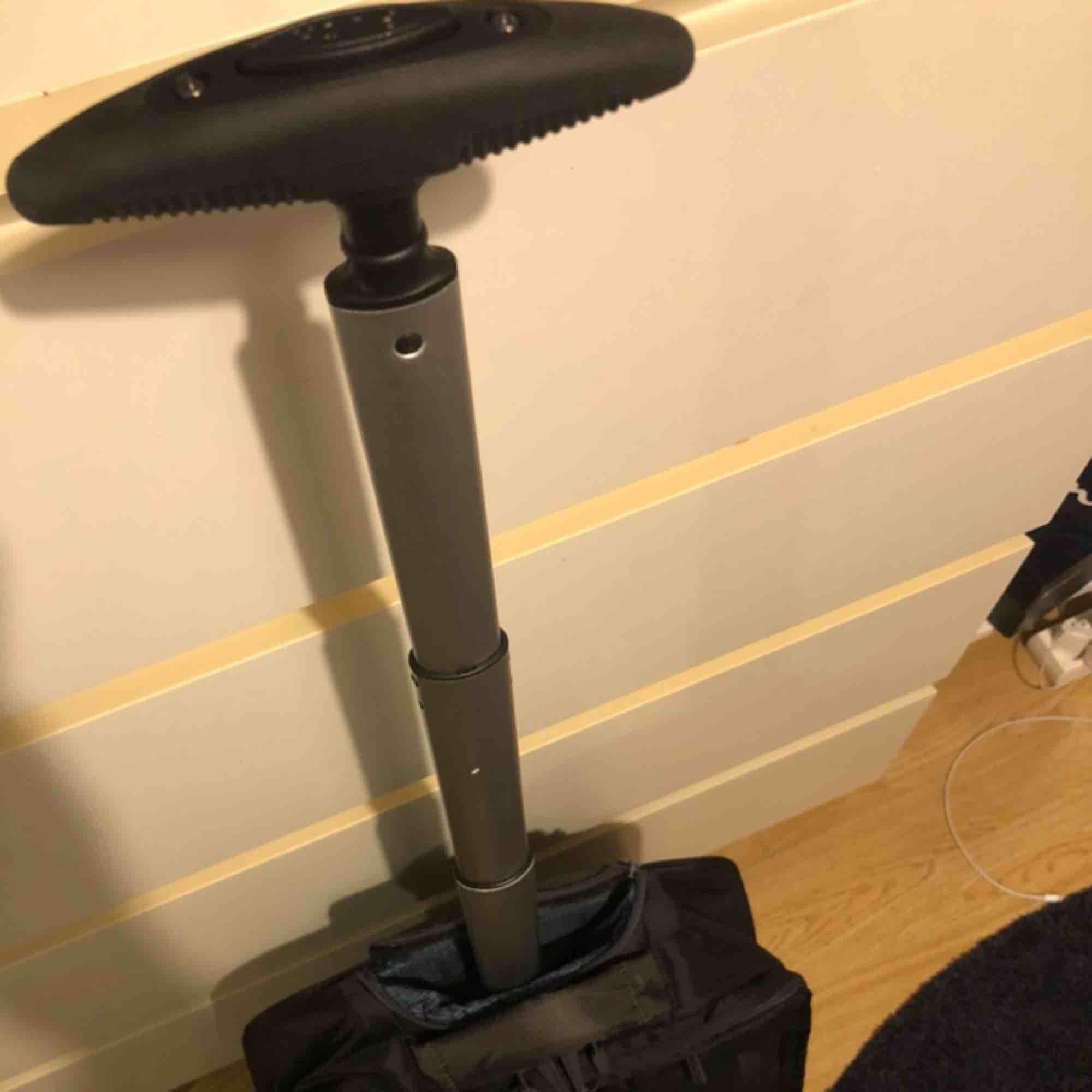 Helt ny Samsonite resväska som aldrig använts. Den har bra fack för dator och andra tillbehör. Den har hjul och ett långt och robust handtag som man kan gömma undan. Sen kan man bygga om den till en ryggsäck då det finns axelremmar som man kan koppla fast. Väskor.