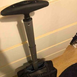 Helt ny Samsonite resväska som aldrig använts. Den har bra fack för dator och andra tillbehör. Den har hjul och ett långt och robust handtag som man kan gömma undan. Sen kan man bygga om den till en ryggsäck då det finns axelremmar som man kan koppla fast