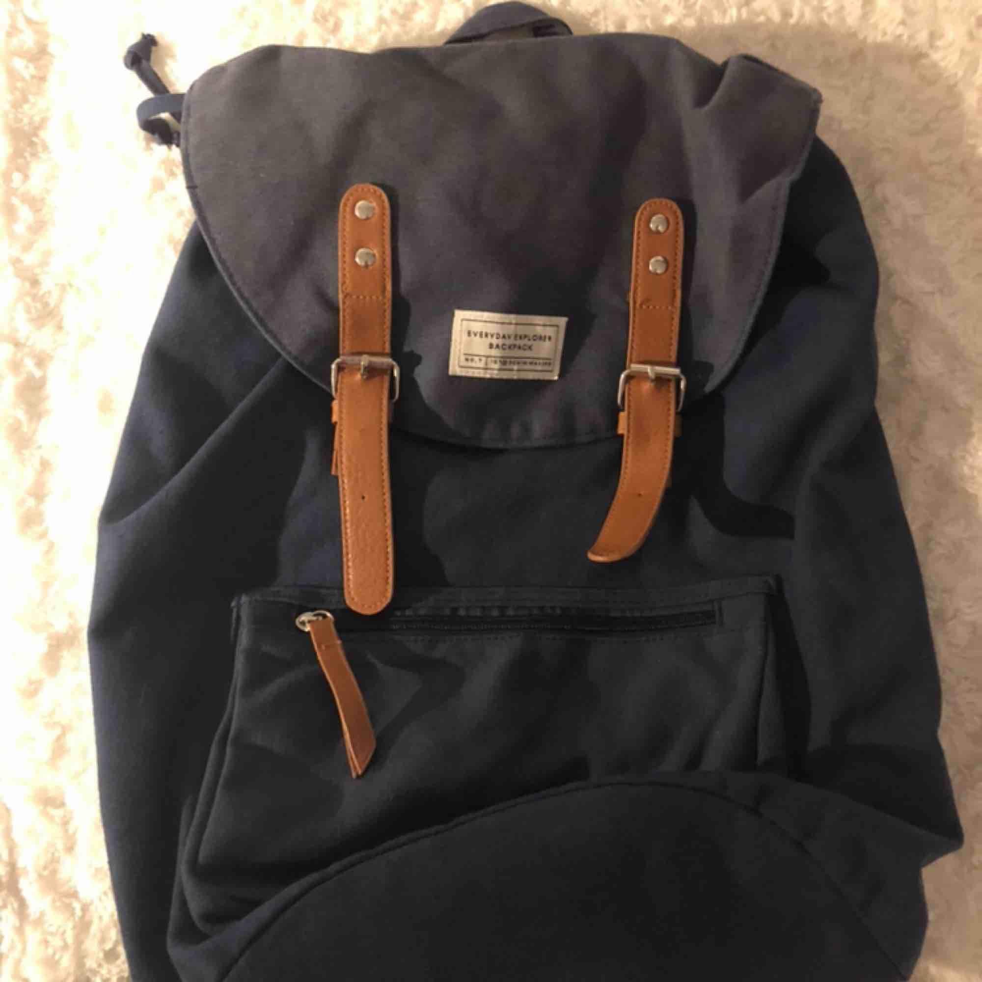 Snygg ryggsäck som får plats med mycket. Perfekt som skolväska eller snygg utflykts väska. . Väskor.