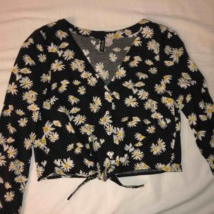 Oerhört gullig svart blus med vita prickar samt vita blommor, som är nästan helt oanvänd då jag endast haft på mig den en gång. Storlek 36 från HM