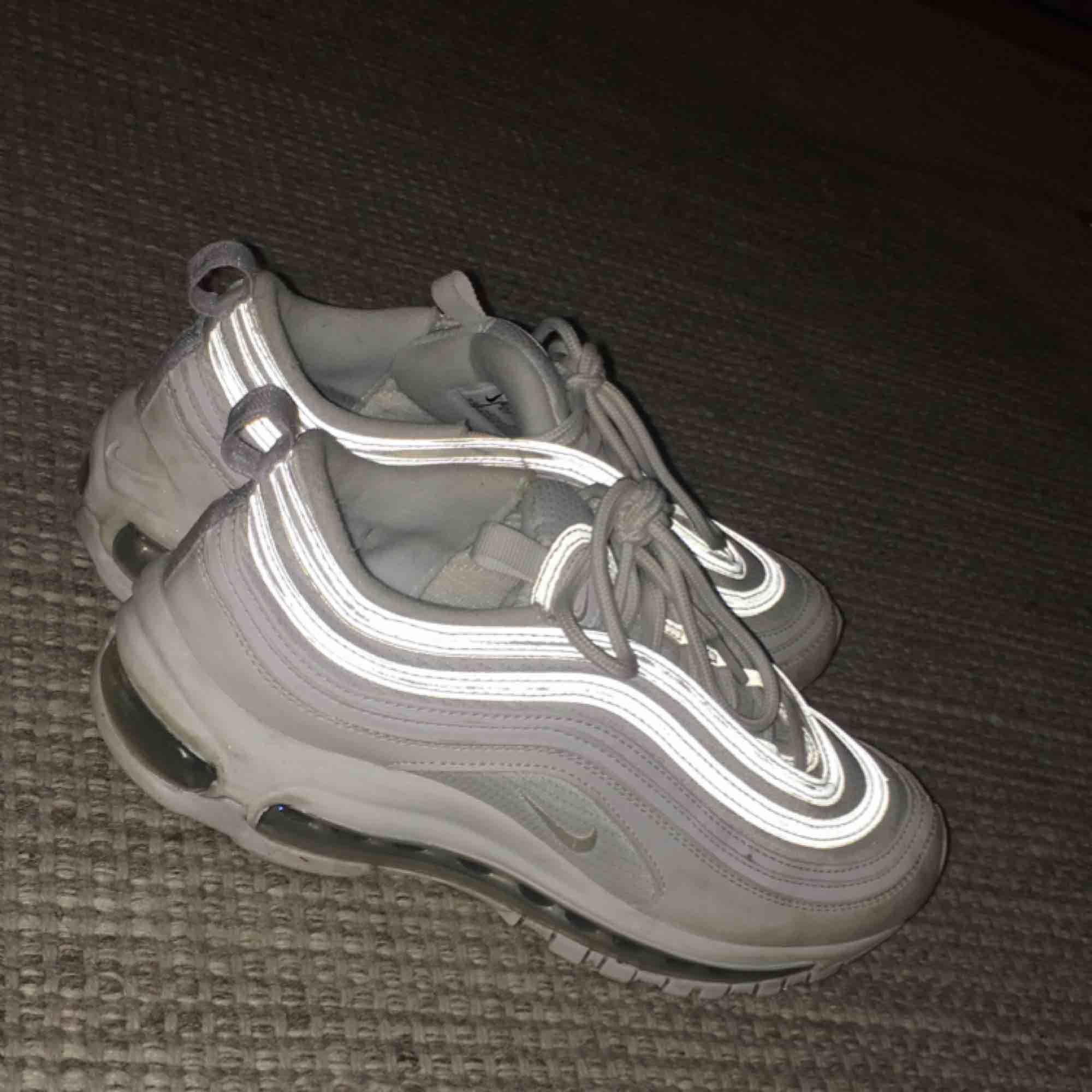 Nike air max 97 Storlek 39 men skulle säga att dom sitter mer som en 38. Köpta på footlocker för ca 1400kr. Dom ör näst intill nya. Dom har en reflexer runt om som ni kan se på bilderna. Och går även att tvätta i tvättmaskinen så att dom blir som nya!☺️. Skor.