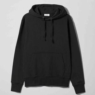 HELT NY hoodie från Weekday 💕💕💕 superskön och mysig! Storlek L men sitter fint oversize på mig med M, passar även mindre storlekar efter önskad passform. Endast använd en gång så i nyskick, ej tvättad tex! (Nypris 350kr)