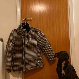 Väldigt bra skick, använd ett fåtal gånger endast. Jackan håller värmen fint då den är wool-blended.
